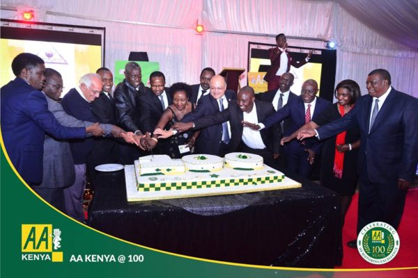 AA-Kenya-Members-Dinner-cake-cutting
